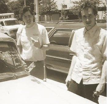 ეს არის ჯეფის ბოლო ფოტო, რომელიც მას გარდაცვალებამდე რამდენიმე საათით ადრე გადაუღეს. ხელმარცხნივ ტურნეს მენეჯერი და პროდიუსერი ჯინ ბოუენია.